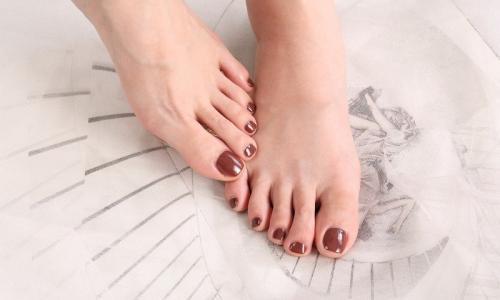 Mettre de la crème sur ses pieds: les préconisations de votre podologue